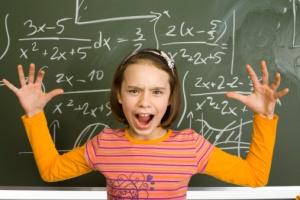 Ung elev foran tavle med regnestykke