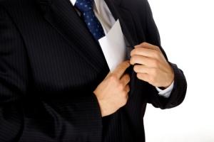 Mann legger konvolutt i lommen