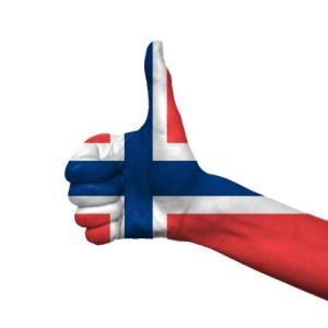 Tommelen opp med norsk flagg.