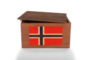 Kasse med norsk flagg