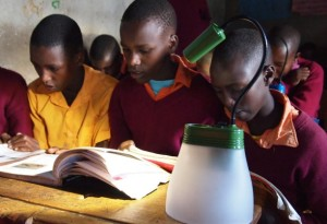 Klasserom med elever og lampe