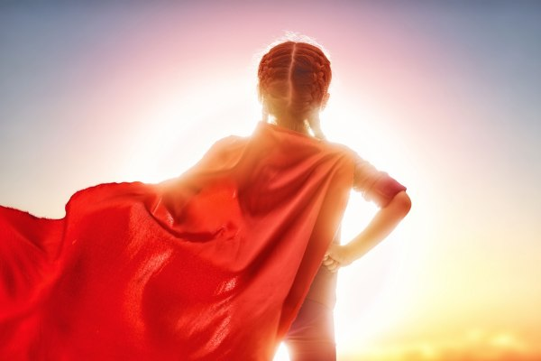 Unge jente som superhelp